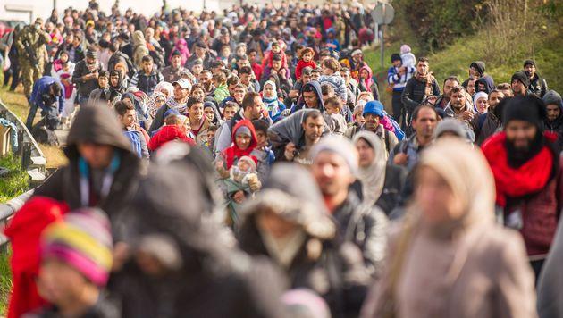 Neu: Asylwerber müssen Handy und Bargeld abgeben (Bild: APA/AFP/Rene Gomolj)
