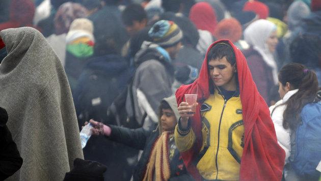 """5000 Menschen versorgt ++ Demo der """"Identitären"""" (Bild: AP)"""