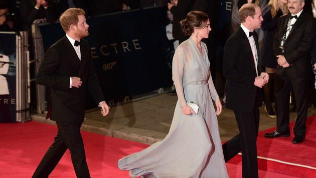 Fast schon unbemerkt huschten Prinz William, Prinz Harry und Herzogin Kate in die Royal Albert Hall. (Bild: AFP)