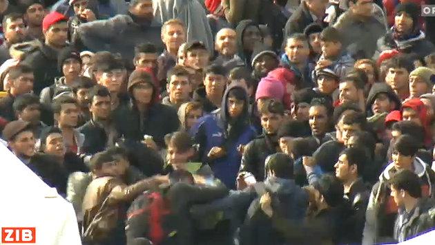 Flüchtlinge: Wilde Prügelszenen in Spielfeld (Bild: tvthek.orf.at)