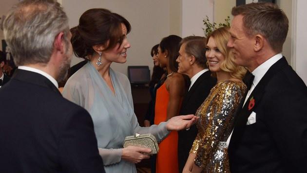 Die Bond-Stars beim Treffen mit Herzogin Kate (Bild: APA/AFP/ALAN DAVIDSON)