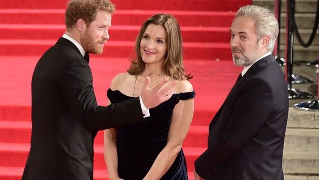 Prinz Harry im Gespräch mit Produzentin Barbara Broccoli und Bond-Regisseur Sam Mendes (Bild: AFP)