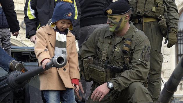 Nationalfeiertag im Schatten der Flüchtlingskrise (Bild: APA/HANS PUNZ)