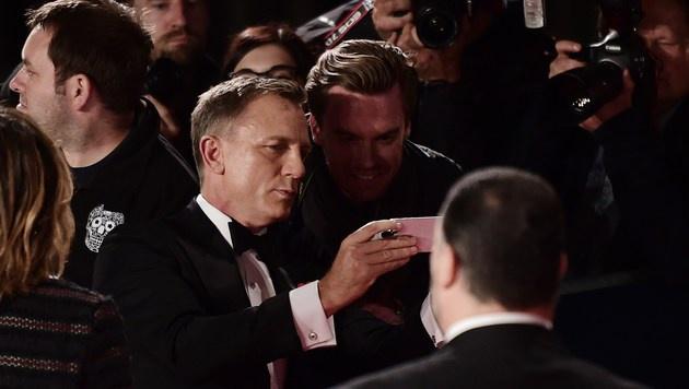 Daniel Craig nimmt sich am roten Teppich Zeit für Autogramme. (Bild: AFP)