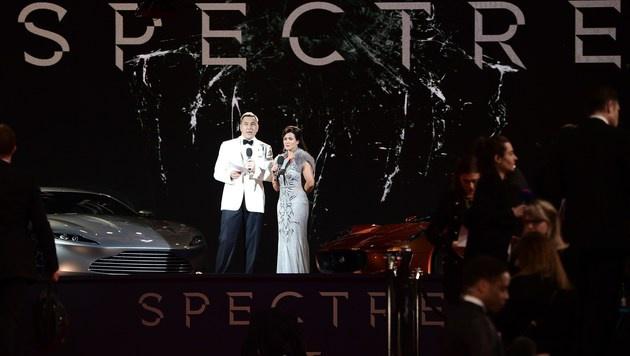 Die Moderatoren vom britischen TV stimmen die wartenden Fans bereits auf die Stars ein. (Bild: AFP)