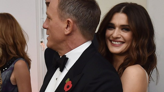 Abseits des roten Teppichs kuschelte Daniel Craig mit Ehefrau Rachel Weisz (Bild: APA/AFP/ALAN DAVIDSON)