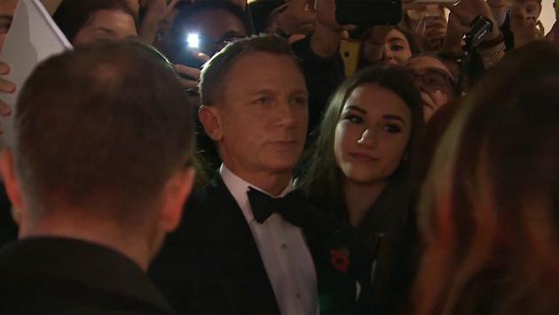 Daniel Craig posiert brav für Selfies mit den Fans. (Bild: YouTube.com)