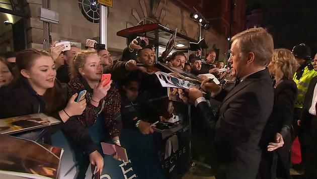 Obwohl Christoph Waltz den Bond-Bösewicht spielt, sind die Fans verrückt nach Autogrammen. (Bild: YouTube.com)