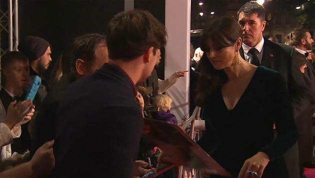 Auch Monica Bellucci nimmt sich Zeit für ihre Fans. (Bild: YouTube.com)