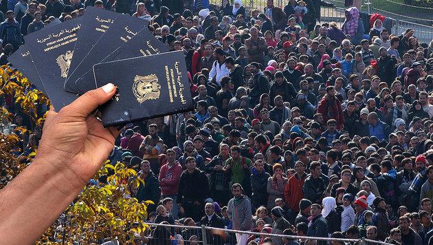 Tausende Flüchtlinge mit falschen Reisepässen (Bild: AP, AFP/SAKIS MITROLIDIS)