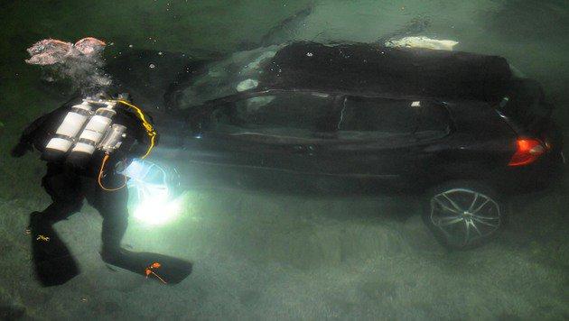 Ein Feuerwehrtaucher beim Unfallwagen (Bild: ZOOM-TIROL)