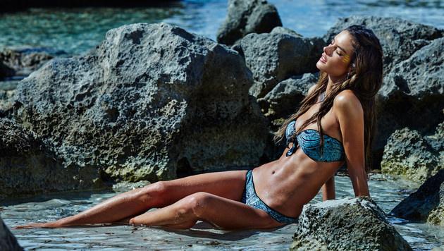 Alessandra Ambrosio holt mit ihren sexy Bikinis den Sommer zurück. (Bild: Viennareport)