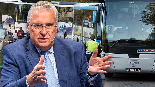 Busse mit Flüchtlingen an der Grenze: Bayerns Innenminister Herrmann sieht Österreich als Schlepper. (Bild: APA/EPA/MARC MUELLER, APA/dpa/Armin Weigel)
