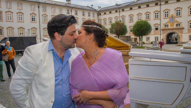 Yusif Eyvazov und Anna Netrebko küssen sich nach ihrer Verlobung in Salzburg. (Bild: Viennareport)