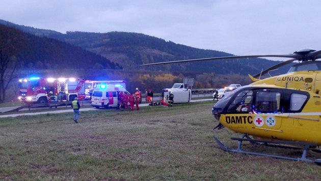 Auto kollidiert mit Kleinbus - neun Verletzte (Bild: APA/FF-ALTHOFEN.AT)