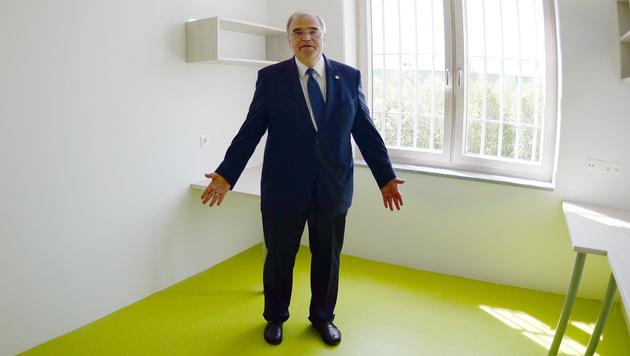 Minister Wolfgang Brandstetter in einer Zelle der neuen Salzburger Justizanstalt in Puch-Urstein. (Bild: APA/BARBARA GINDL)