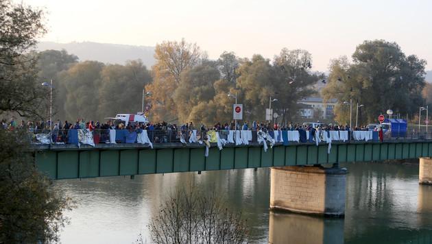 Die beiden Flüchtlinge sprangen von der alten Innbrücke. (Bild: APA/DANIEL SCHARINGER)