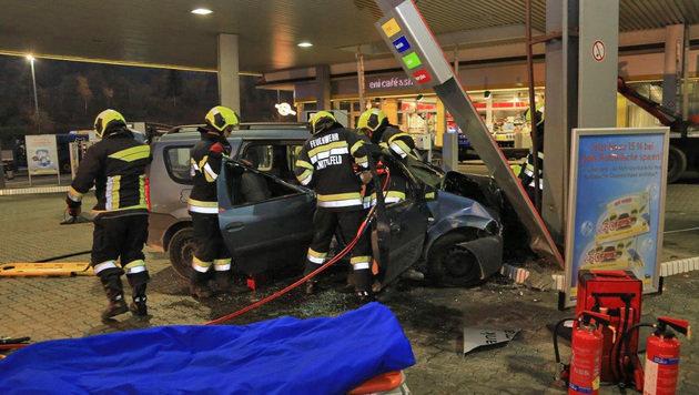 Die Einsatzkräfte an der Unfallstelle (Bild: APA/BFVKF/THOMAS ZEILER)