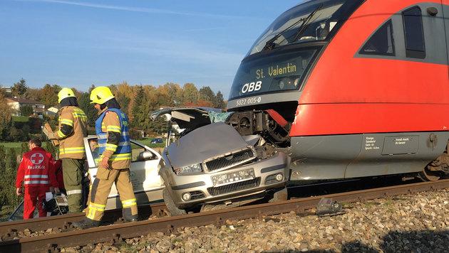 Der Pkw wurde beim Unfall völlig zerstört, für die 29-Jährige gab es keine Rettung mehr. (Bild: APA/FOTOKERSCHI.AT/WERNER KERSCHBAUMMAYR)