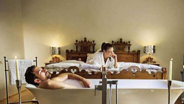 "Relaxen im ""Bond""-Badezimmer (Bild: Hotel Bergland)"