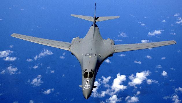 Ein B1-Bomber über dem Meer (Bild: USAF/SSgt Bennie J. Davis III)