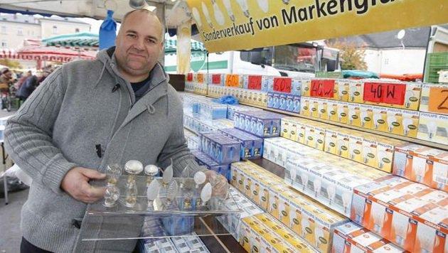 Karl Ortner (41) verkauft seine Glühbirnen seit zwei Jahren jeden Donnerstag auf der Schranne. (Bild: Markus Tschepp)