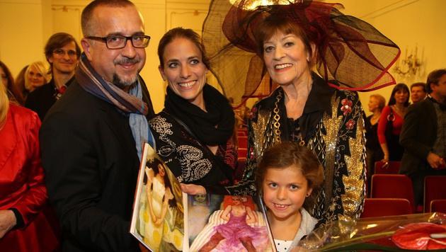 Dina Larot mit krone.at-Chefredakteur Richard Schmitt, Ehefrau Catherina & Tochter Alma (Bild: Kristian Bissuti)