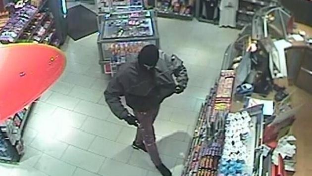 Die Bilder der Videoüberwachung konnten am Tag des Überfalls gesichert werden. (Bild: Landespolizeidirektion Salzburg)