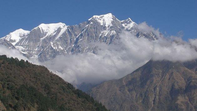Der Nord-, Mittel- und Südgipfel des Nilgiri Himal (Bild: wikipedia.org/Vyacheslav Argenberg)