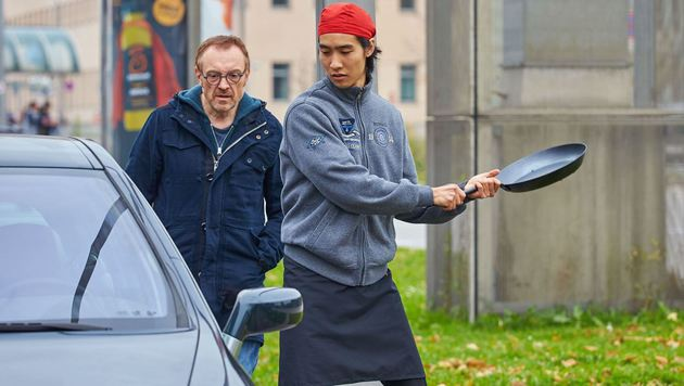 Auf dem Praterstern zerstört ein Sushi-Koch sein Auto mit einer Bratpfanne. (Bild: Starpix/Alexander TUMA,)
