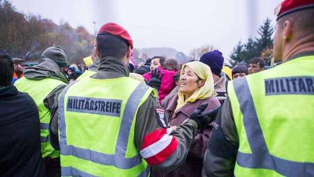 Der Flüchtlingsstrom an der Grenze zu Slowenien hält die heimischen Einsatzkräfte weiter in Atem. (Bild: APA/AFP/Rene Gomolj)