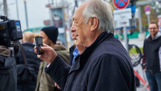 Das Making-of filmt der Produzent Veit Heiduschka höchstpersönlich mit seiner Mini-HD-Kamera. (Bild: Starpix/Alexander TUMA,)