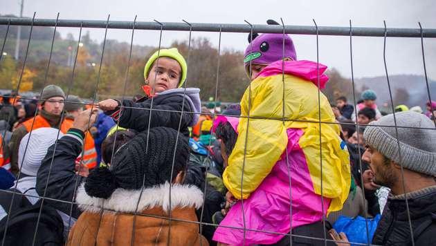 Spielfeld: Raufereien zwischen Flüchtlingen (Bild: APA/AFP/Rene Gomolj)