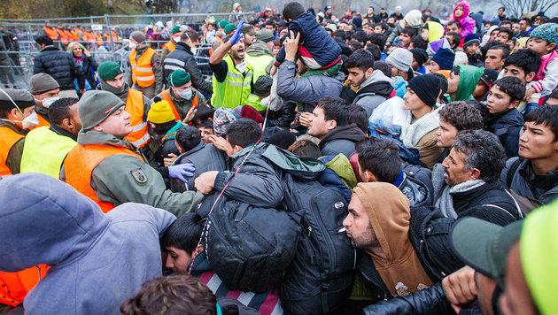 Livestream vom Grenzübergang Spielfeld (Bild: APA/AFP/Rene Gomolj)