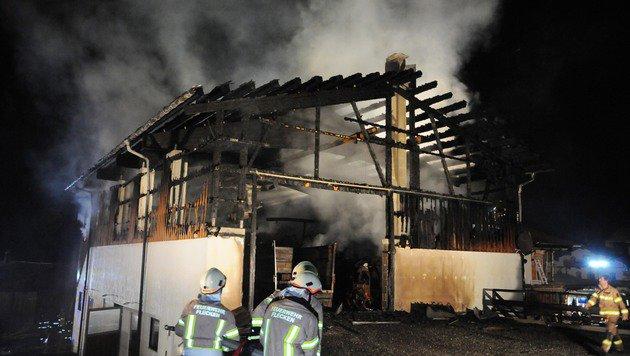 Beim ersten Großbrand wurde der Scheunentrakt des Anwesens ein Raub der Flammen. (Bild: ZOOM-TIROL)