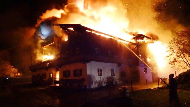 """Drei Monate später brannte der benachbarte """"Frandl""""-Hof lichterloh. (Bild: ZOOM-TIROL)"""