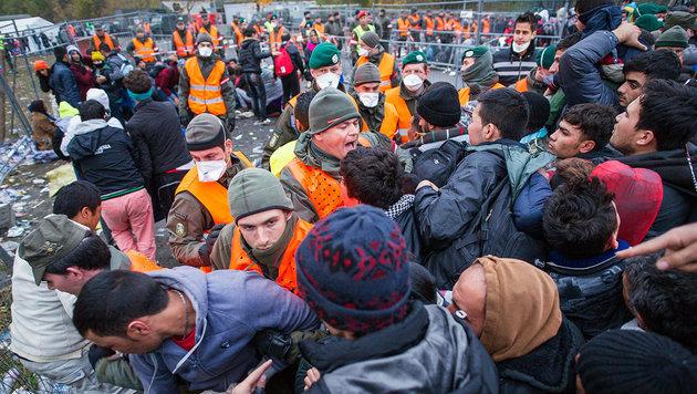 Am Grenzübergang Spielfeld kommt es täglich zu chaotischen Szenen. (Bild: APA/AFP/Rene Gomolj)