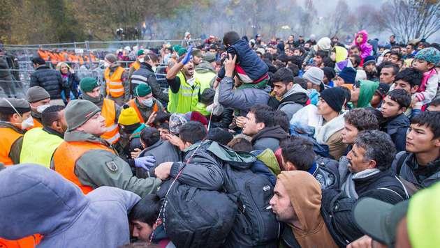 Demo in Spielfeld ++ Heer schickt weitere Soldaten (Bild: APA/AFP/Rene Gomolj)