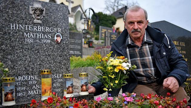 Mathias' Vater am Grab seines Sohnes (Bild: Markus Wenzel)