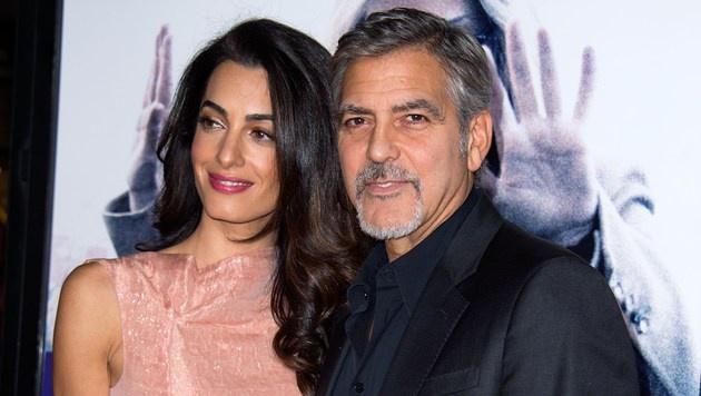 Aber Amal Clooney lässt niemanden an sich ran. (Bild: APA/AFP/VALERIE MACON)
