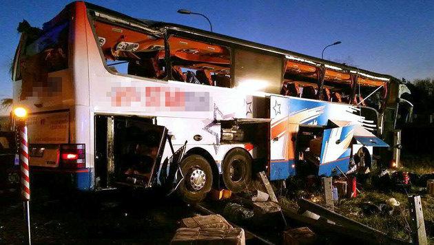 Der Reisebus wurde völlig zerstört. (Bild: APA/EINSATZDOKU.AT/LECHNER)