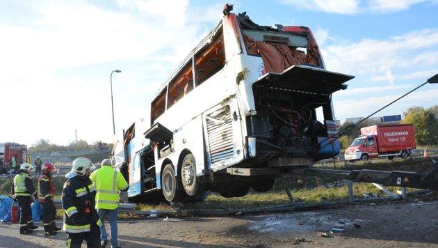 Unfall auf S1: Bus war viel zu schnell unterwegs (Bild: Einsatzdoku.at)