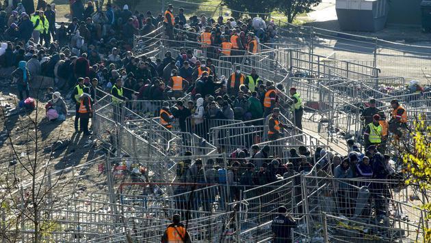Bauzäune vor der Sammelstelle wurden verstärkt. (Bild: APA/ERWIN SCHERIAU)
