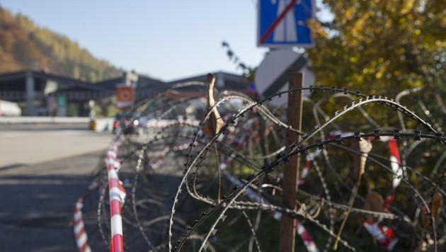Entlang der A9 nahe dem Grenzübergang wurden die Stachelbänder ausgelegt. (Bild: APA/ERWIN SCHERIAU)