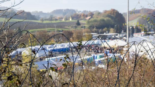 Stacheldraht-Zaun in Spielfeld sorgt für Wirbel (Bild: APA/ERWIN SCHERIAU)