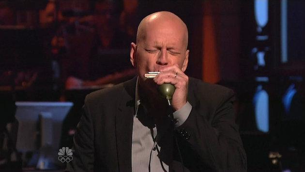 Bruce Willis spielt Mundharmonika. (Bild: Viennareport)