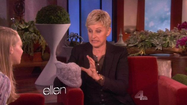 Amanda Seyfried schenkt Ellen DeGeneres eine selbst gestricket Haube. (Bild: Viennareport)