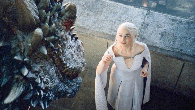 Emilia Clarke als Daenerys Targaryen mit einem ihrer Drachen (Bild: face to face)