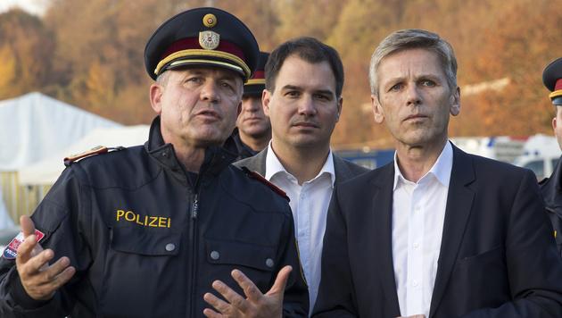 SP-Minister Josef Ostermayer (re.) und LH-Stv. Michael Schickhofer (Mi.) in Spielfeld (Bild: APA/ERWIN SCHERIAU)