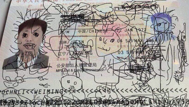 Pass bemalt: Chinese sitzt nun am Flughafen fest (Bild: twitter.com/SultanAlQassemi)